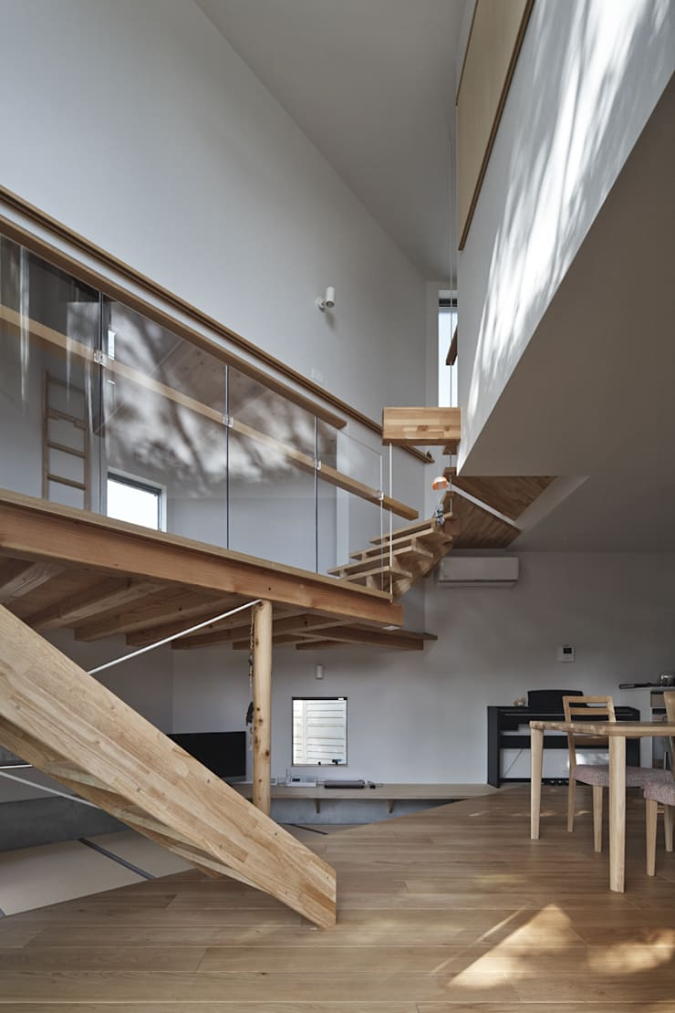 庭側から三角形の吹抜け空間を見上げる: 宮武淳夫建築+アルファ設計が手掛けたダイニングです。