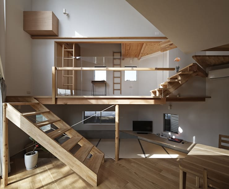 畳リビングとその上の子供スペースを正面から見る: 宮武淳夫建築+アルファ設計が手掛けたダイニングです。