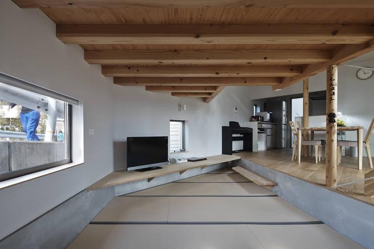 畳みリビング、左の窓は路面とガードレールの間に位置する: 宮武淳夫建築+アルファ設計が手掛けた和室です。
