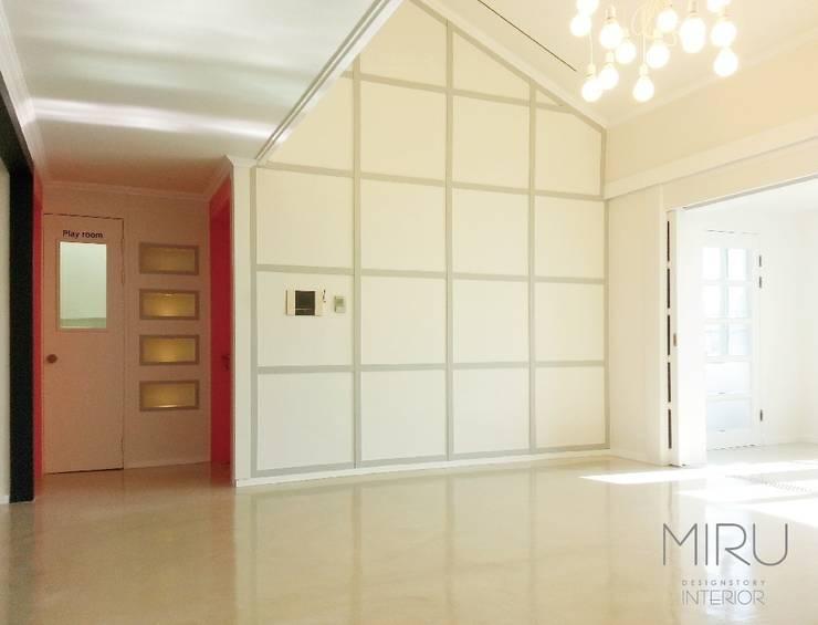 스튜디오와 주거공간의 만남: 미루디자인의  거실