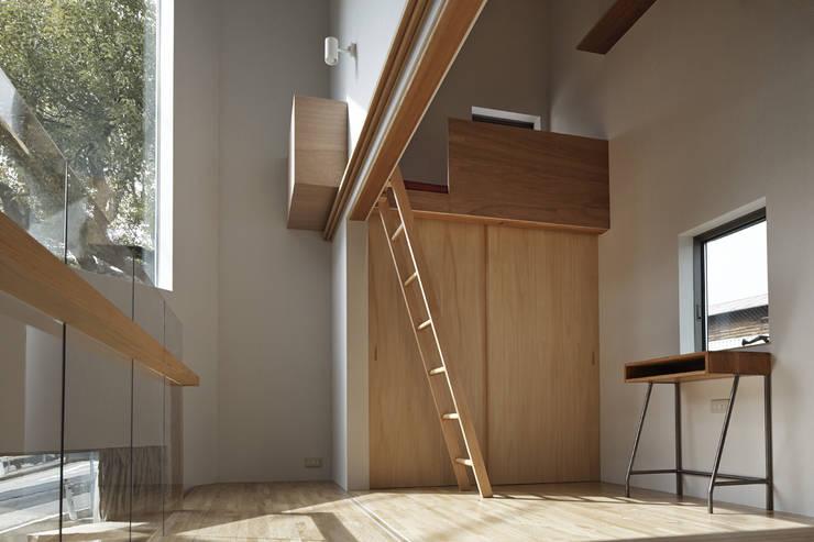 1.5階の廊下から見た子供部屋、将来は引き戸で仕切る想定: 宮武淳夫建築+アルファ設計が手掛けた子供部屋です。