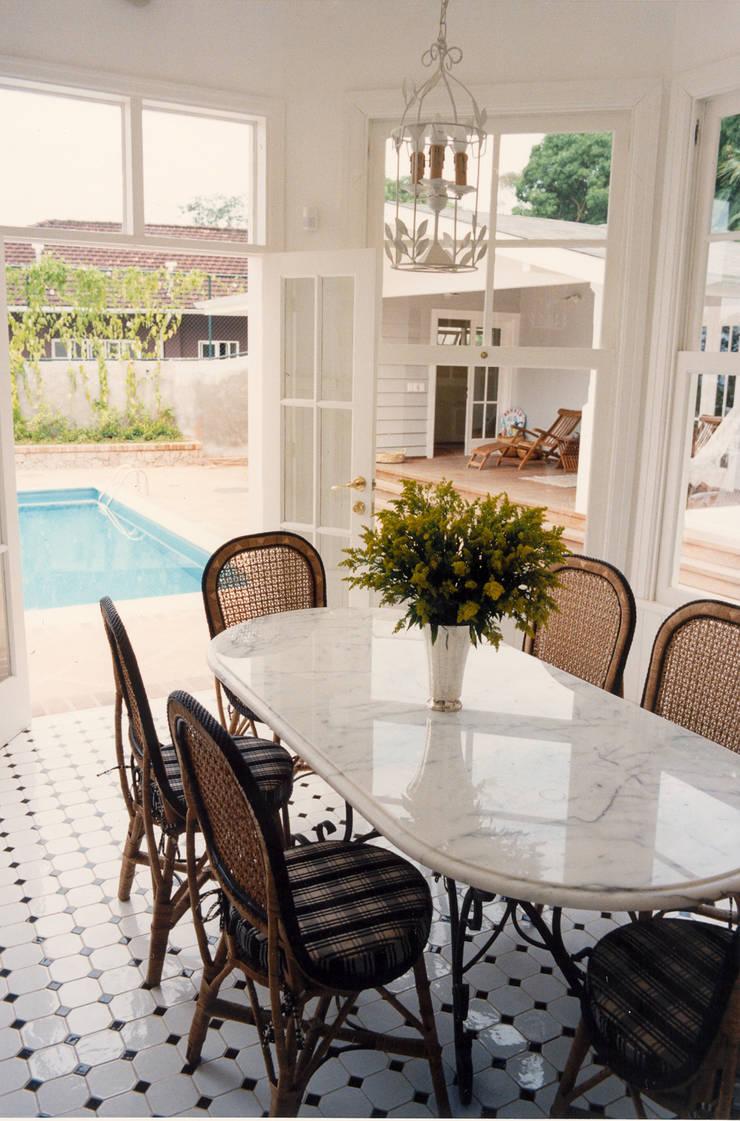 Sala de almoço: Varanda, alpendre e terraço  por Ronald Ingber Arquitetura