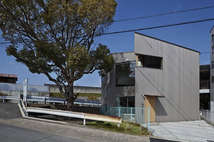 南東からの外観: 宮武淳夫建築+アルファ設計が手掛けた家です。