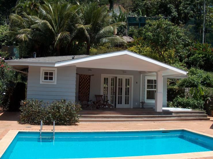 Anexo piscina com sala de jogos, varanda, spa e sauna: Terraços  por Ronald Ingber Arquitetura