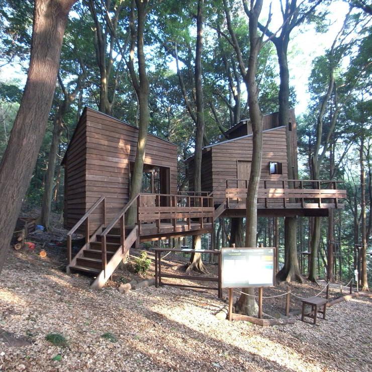ツインのツリーハウス: ユニップデザイン株式会社 一級建築士事務所が手掛けたガレージです。