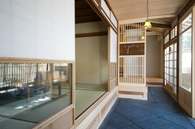 広縁: 冨家建築設計事務所が手掛けたアジア人です。,和風