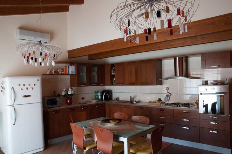 Casa R&R: Cucina in stile in stile Classico di SOGEDI costruzioni