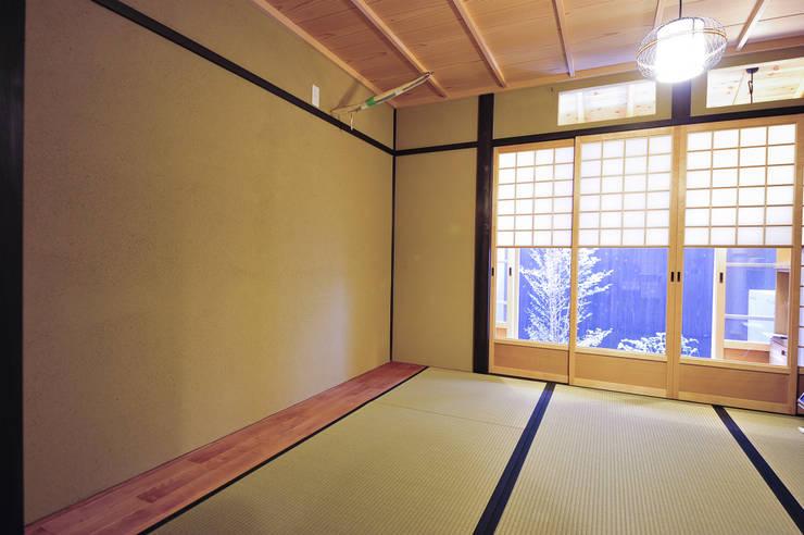座敷: 冨家建築設計事務所が手掛けたです。