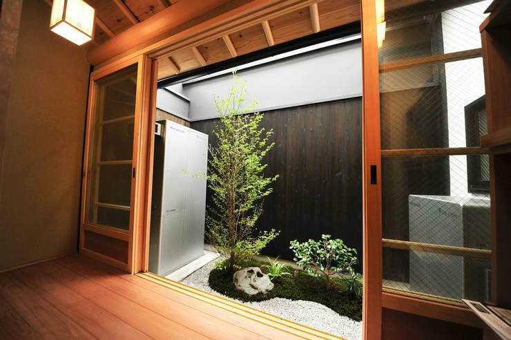 坪庭: 冨家建築設計事務所が手掛けたアジア人です。,和風