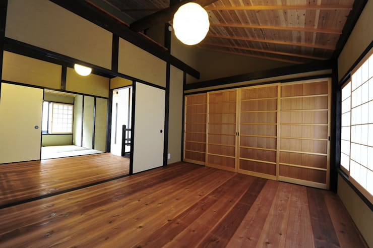 小屋裏への換気: 冨家建築設計事務所が手掛けたアジア人です。,和風