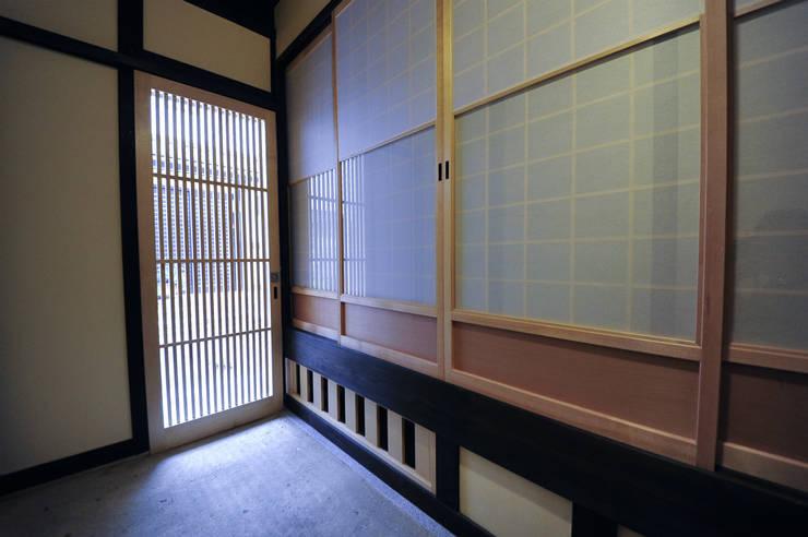 玄関土間: 冨家建築設計事務所が手掛けたアジア人です。,和風