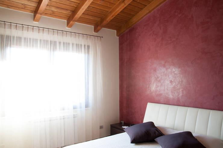 Casa R&R: Camera da letto in stile in stile Classico di SOGEDI costruzioni