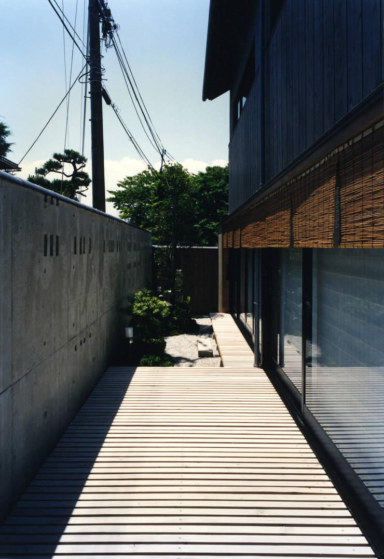 東福寺の家: 株式会社 坂田基禎建築研究所が手掛けたテラス・ベランダです。