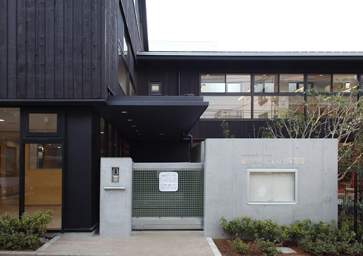 正面玄関: ユニップデザイン株式会社 一級建築士事務所が手掛けた学校です。,