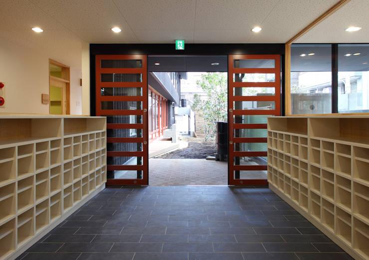 エントランス: ユニップデザイン株式会社 一級建築士事務所が手掛けた学校です。,