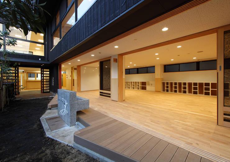 縁側スペース: ユニップデザイン株式会社 一級建築士事務所が手掛けた学校です。,