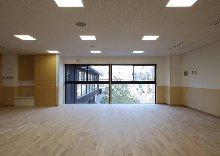 2階保育室: ユニップデザイン株式会社 一級建築士事務所が手掛けた学校です。