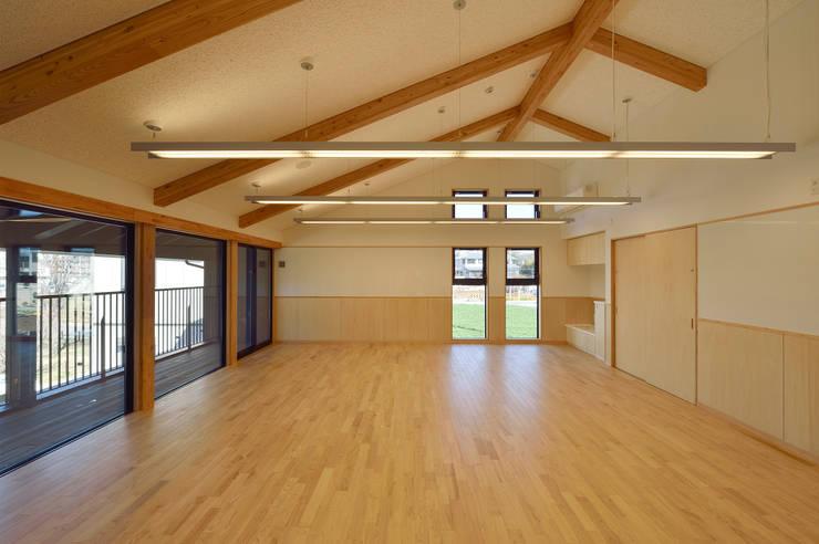 見晴らしの良い2階乳児室 アジア風学校 の ユニップデザイン株式会社 一級建築士事務所 和風