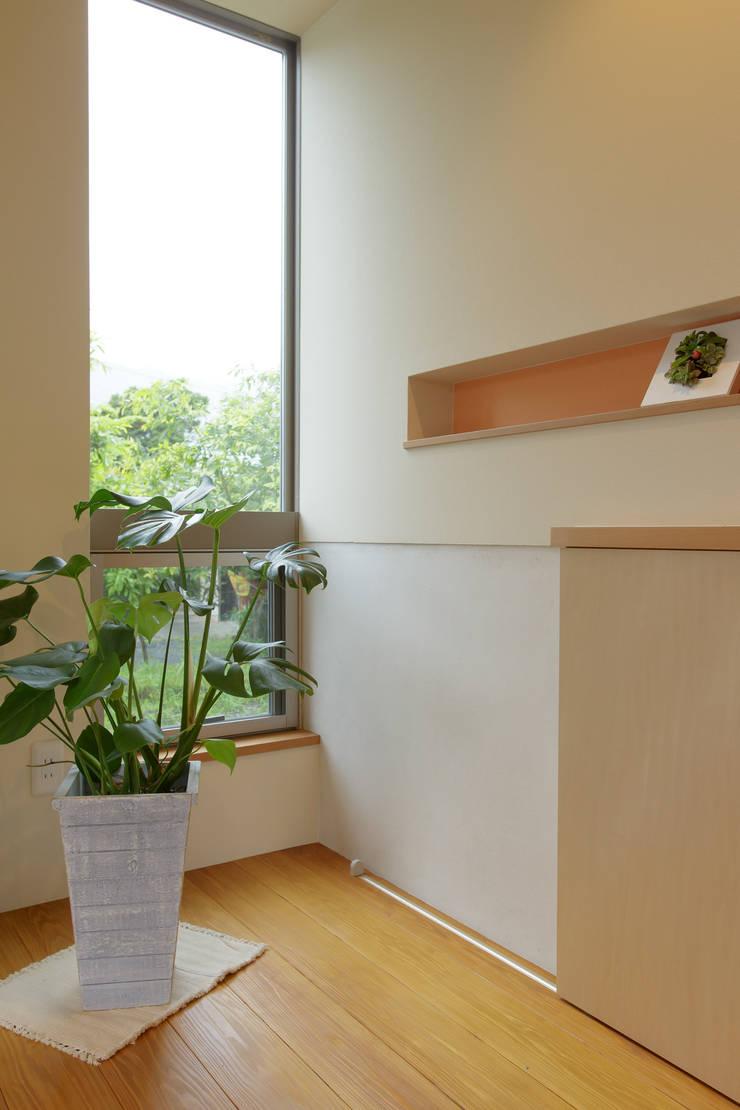 house in Ishikawauchi: とやま建築デザイン室が手掛けた廊下 & 玄関です。