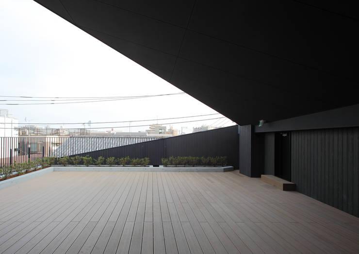 2階デッキスペース: ユニップデザイン株式会社 一級建築士事務所が手掛けた学校です。,