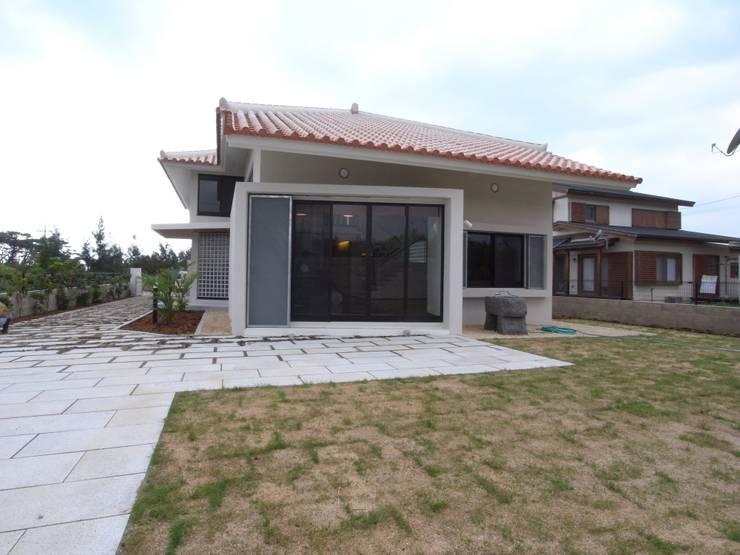シーサーが見守る家(外観裏庭): ユニップデザイン株式会社 一級建築士事務所が手掛けた家です。