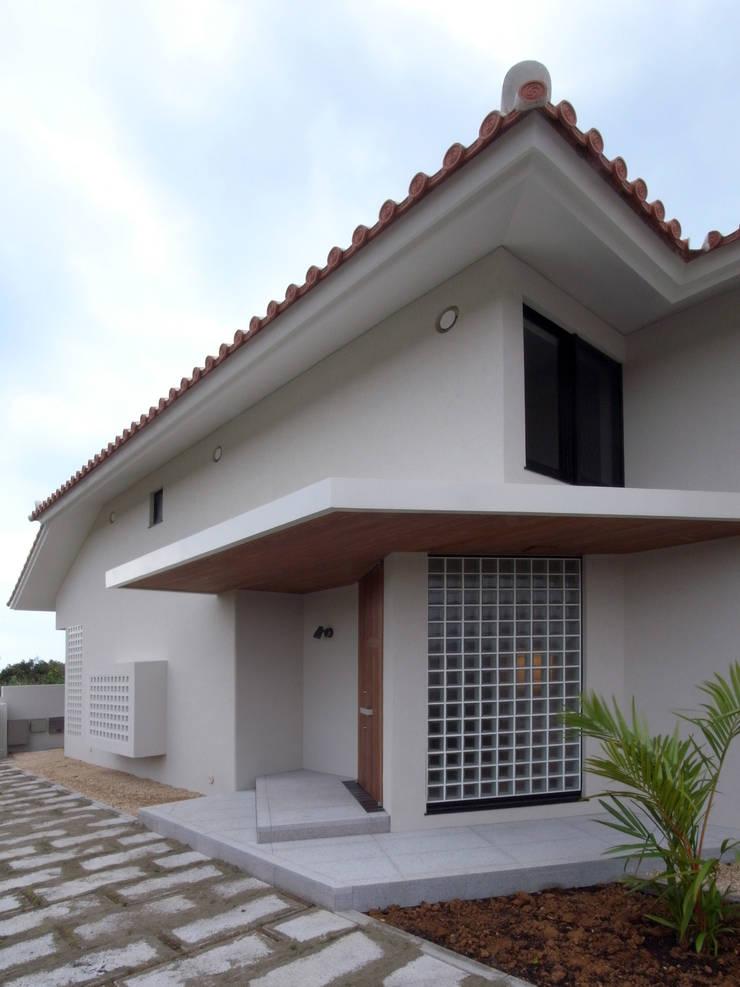 シーサーが見守る家(玄関): ユニップデザイン株式会社 一級建築士事務所が手掛けた家です。