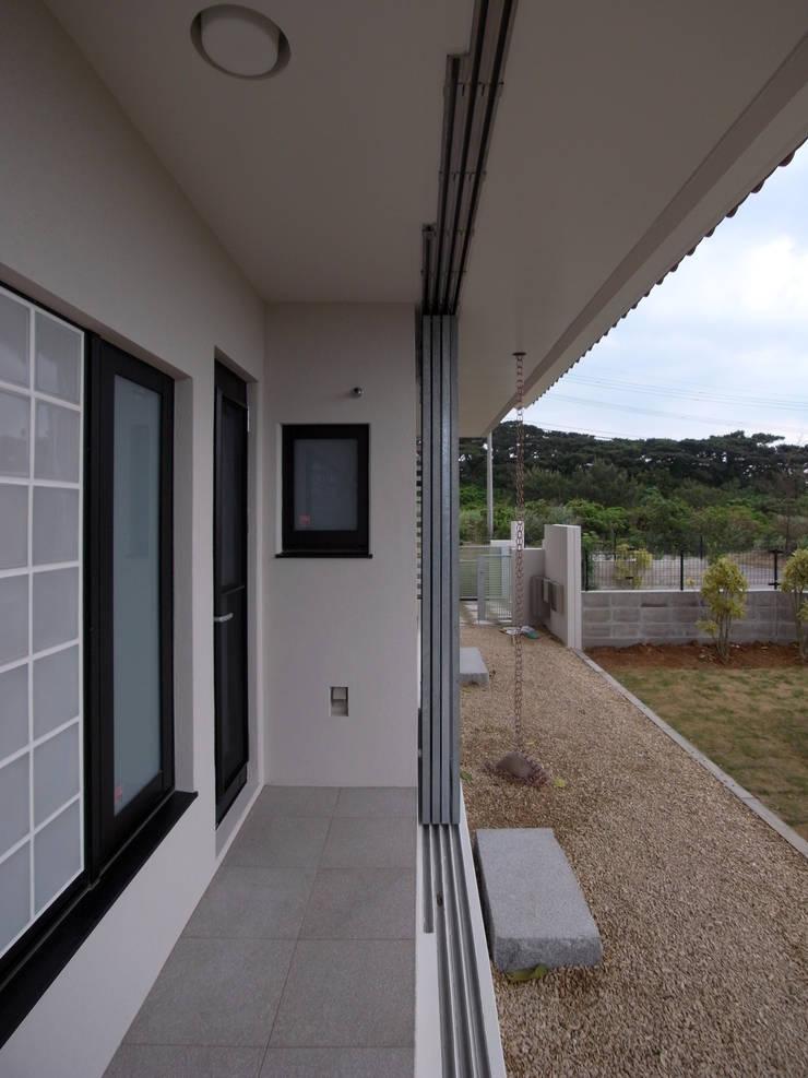 鉄製通風格子戸: ユニップデザイン株式会社 一級建築士事務所が手掛けたテラス・ベランダです。
