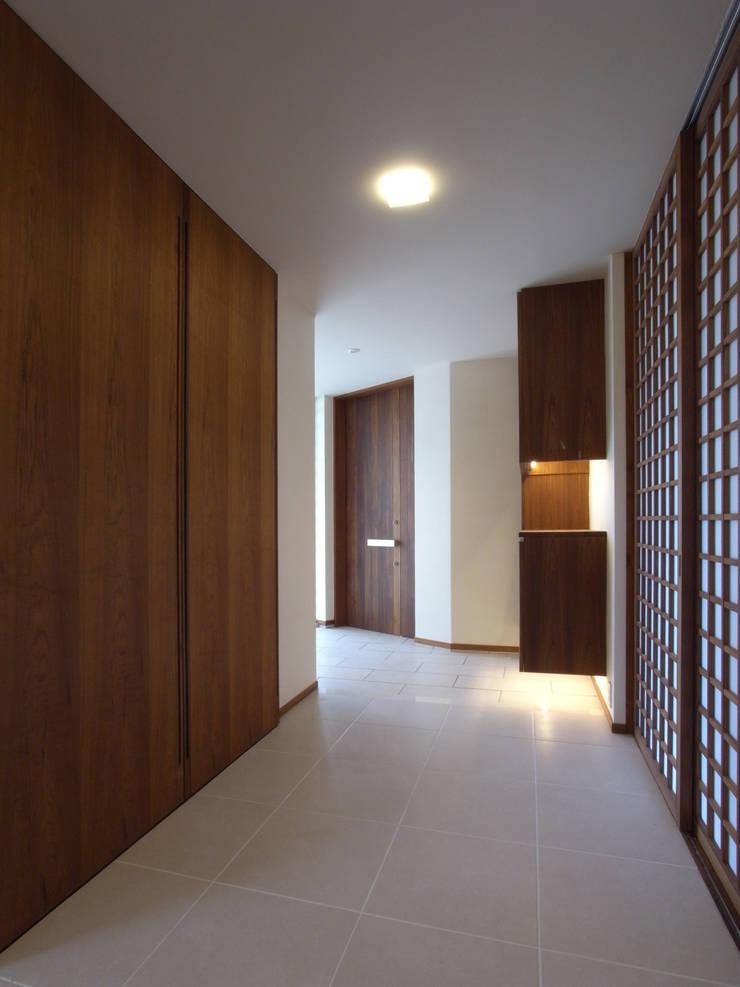 1階廊下: ユニップデザイン株式会社 一級建築士事務所が手掛けた廊下 & 玄関です。