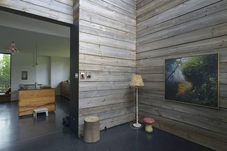 Entree mit Blick in die Küche:  Flur & Diele von Helm Westhaus Architekten