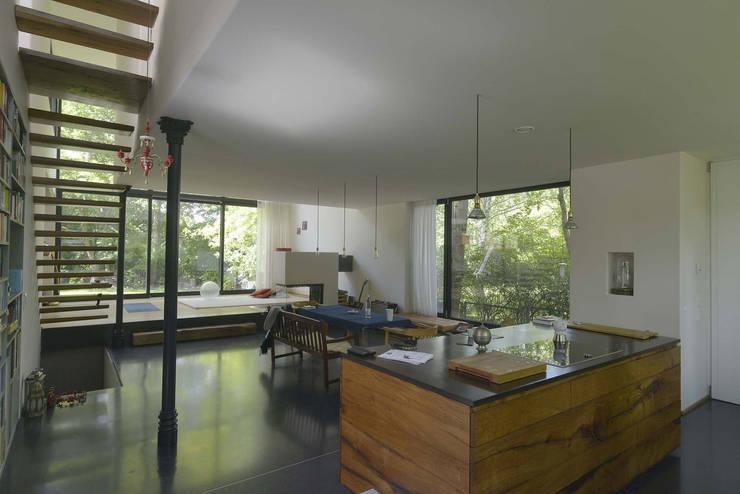 Blick vom Küchen- in den Essbereich: moderne Esszimmer von Helm Westhaus Architekten