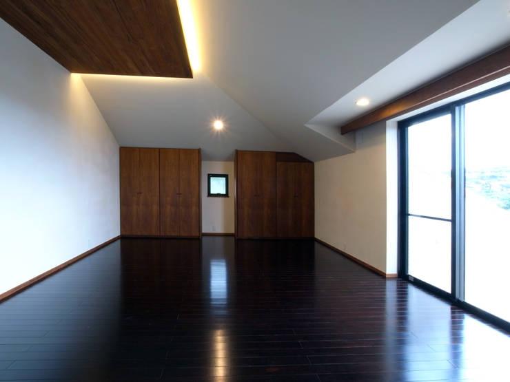 2階寝室: ユニップデザイン株式会社 一級建築士事務所が手掛けた寝室です。