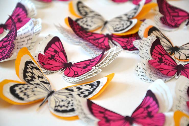 Papillons en papier ancien orange et fuchsia: Maison de style  par Les Petits Pois sont Bleus