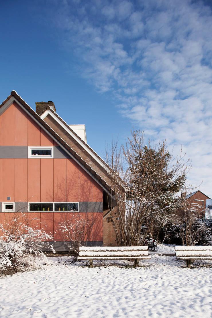 Linker zijgevel - na: modern  door NarrativA architecten, Modern