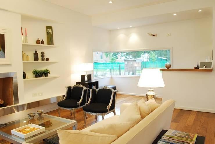Salas / recibidores de estilo  por Estudio de Arquitectura Clariá & Clariá