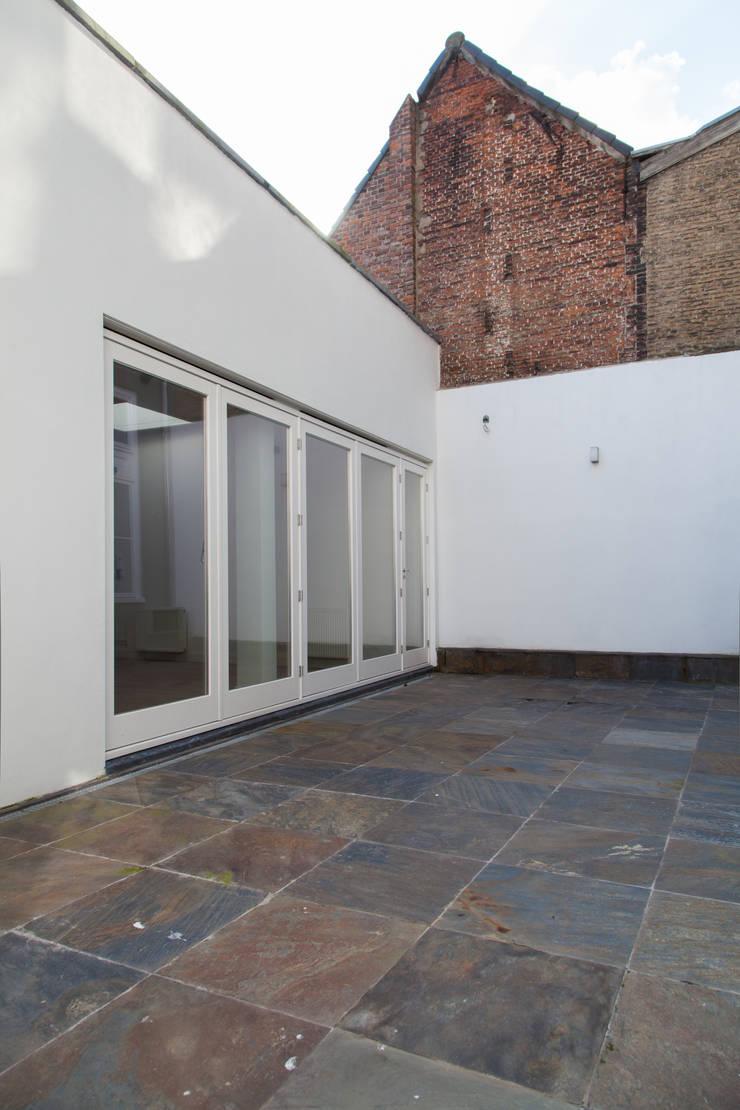 Corridor & hallway by Brand Olink Architecten, Modern