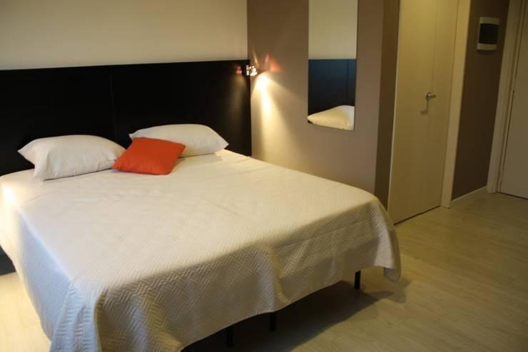 Habitación hoeteles: Dormitorios de estilo  por Arquitectura Laura Napoli,