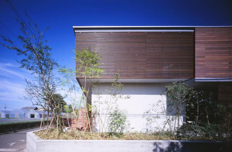 木ルーバーの家 モダンな 家 の 平林繁・環境建築研究所 モダン