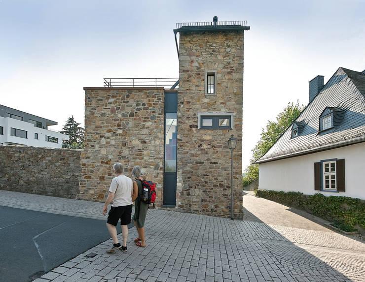Umbau/Erweiterung Trafostation, Idstein: rustikale Häuser von GUCKES & PARTNER Architekten mbB