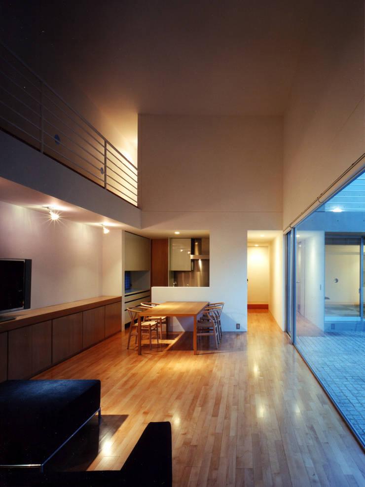長岡京の住宅: 宮崎仁志建築設計事務所が手掛けたリビングです。