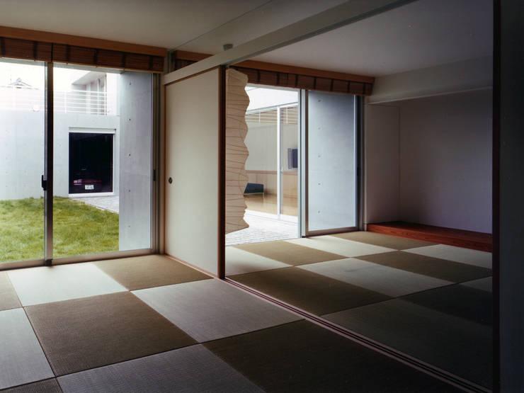 長岡京の住宅: 宮崎仁志建築設計事務所が手掛けた和室です。