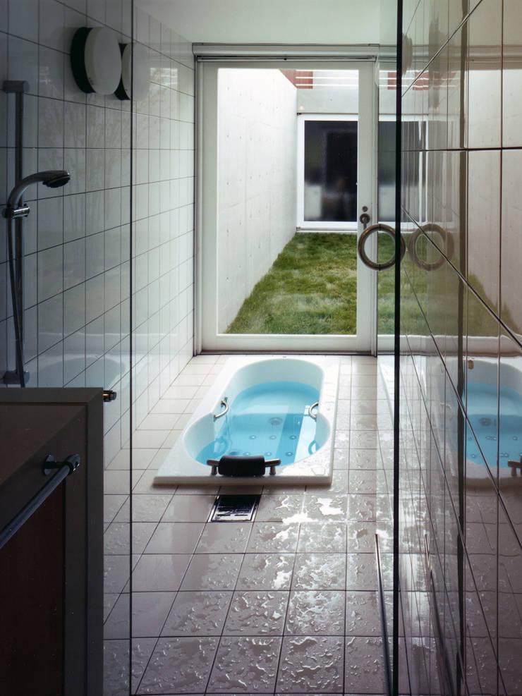 長岡京の住宅: 宮崎仁志建築設計事務所が手掛けた浴室です。,