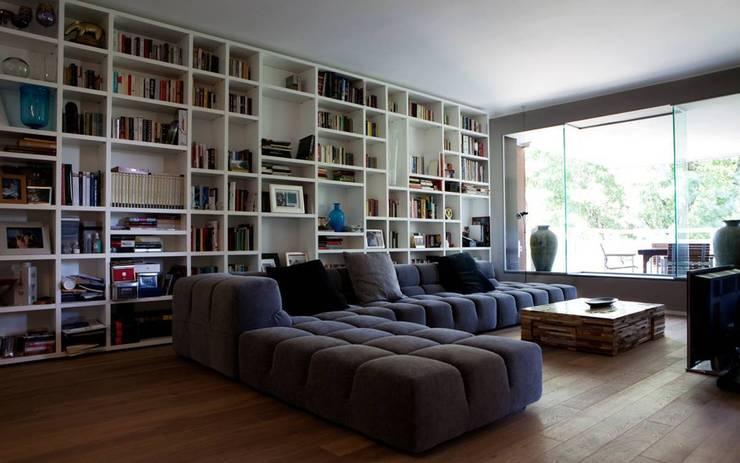 Milano 2: Soggiorno in stile in stile Moderno di Vezzoli Ristrutturazioni S.r.l.