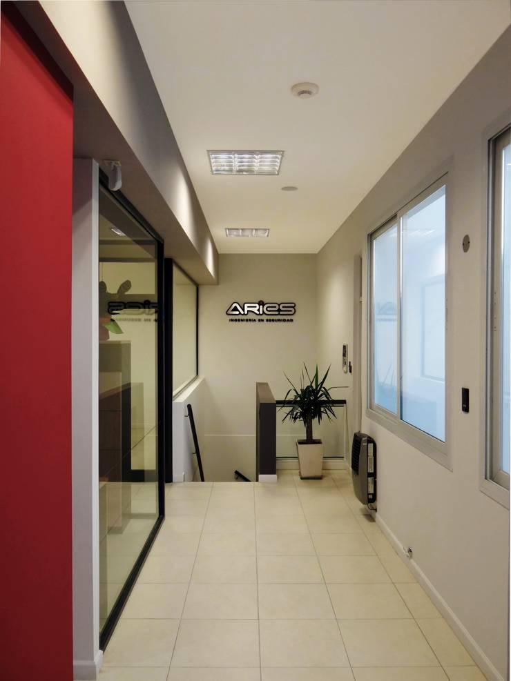OFICINAS EN PLANTA ALTA: Oficinas y locales comerciales de estilo  por D'ODORICO OFICINA DE ARQUITECTURA