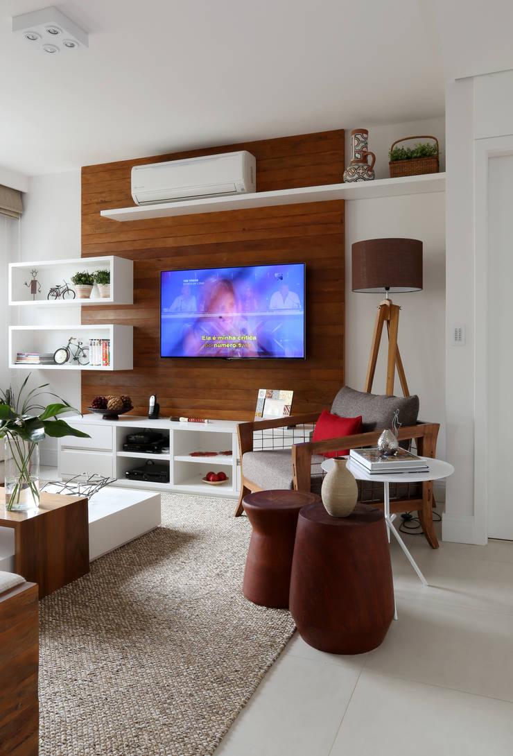 Detalhes Living: Sala de estar  por Duda Senna Arquitetura e Decoração