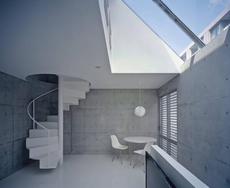 品川の住宅: 宮崎仁志建築設計事務所が手掛けたリビングです。,モダン