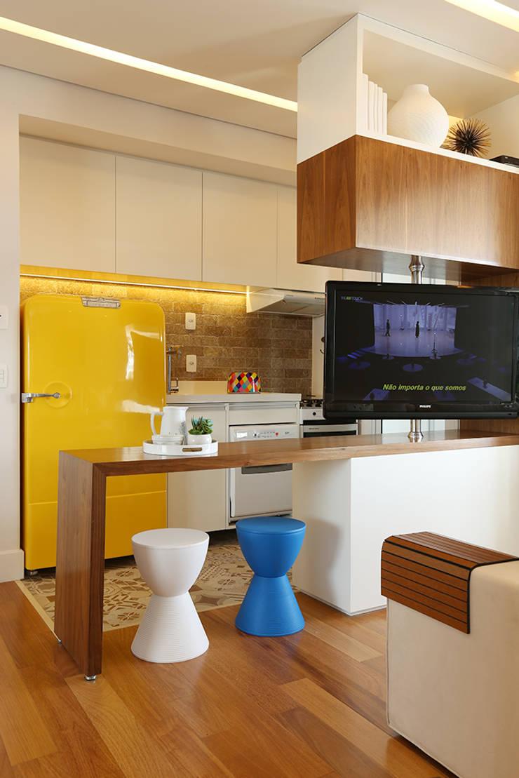 Cozinha e Living integrados: Cozinhas  por Duda Senna Arquitetura e Decoração,Eclético