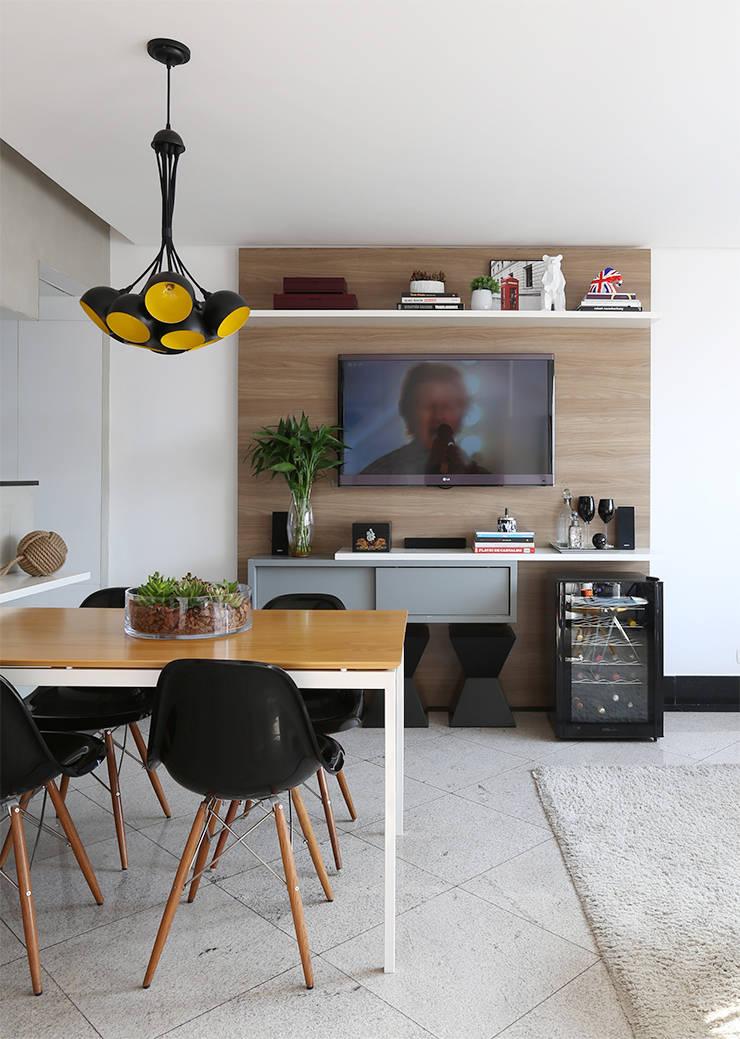 Jantar e Living integrados por Duda Senna Arquitetura e Decoração Moderno
