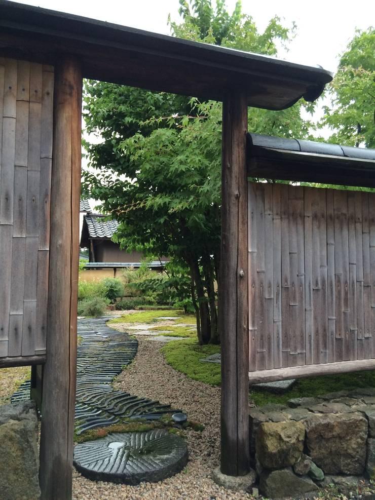 土塀の外側: 有限会社渡部造園が手掛けたです。