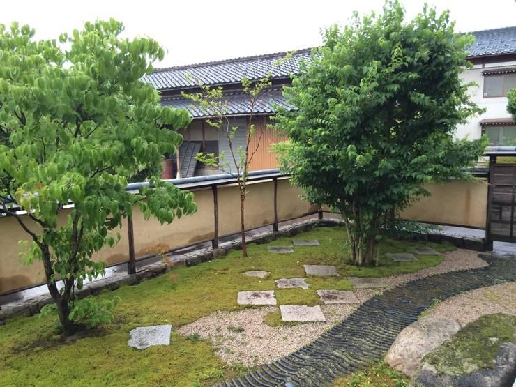 庭の内側: 有限会社渡部造園が手掛けたです。