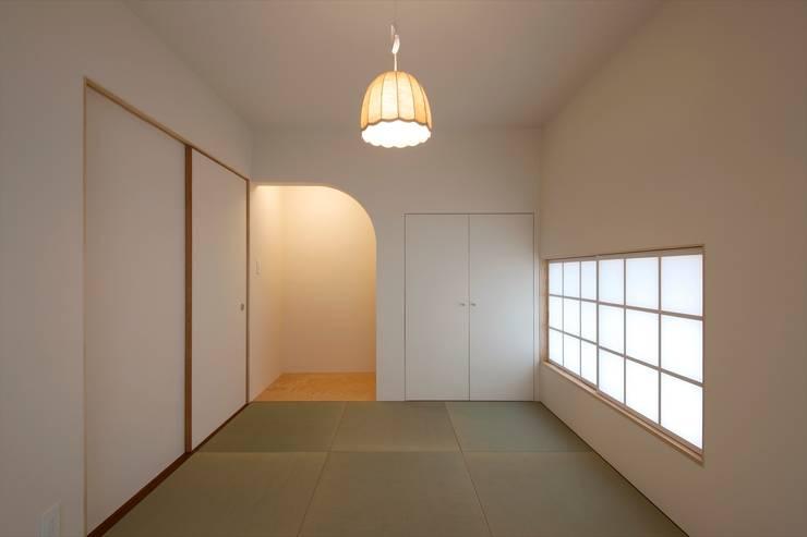 和室 北側をみる: 宇佐美建築設計室が手掛けた壁です。
